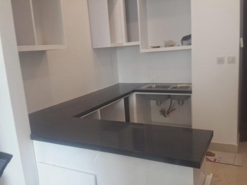 Đá granite tự nhiên đen ánh kim ốp bếp