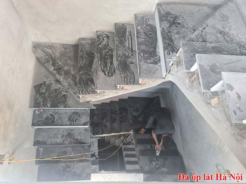 Đá ốp cầu thang mặt đen cổ trắng tại Hoàng Mai