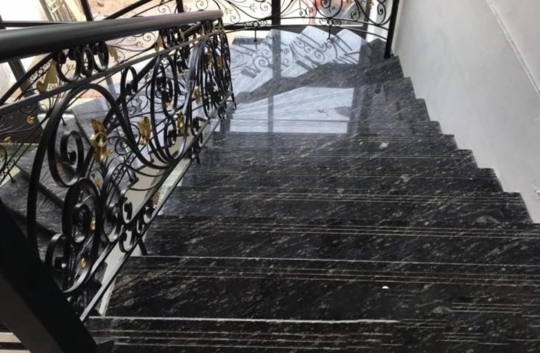 Ốp lát cầu thang bằng đá đen sa mạc