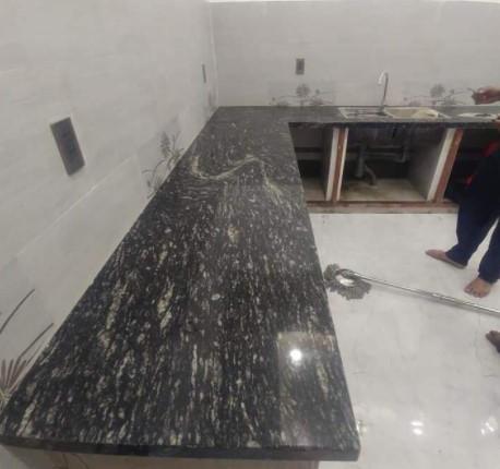 Ốp lát bàn bếp bằng đá đen nhiệt đới