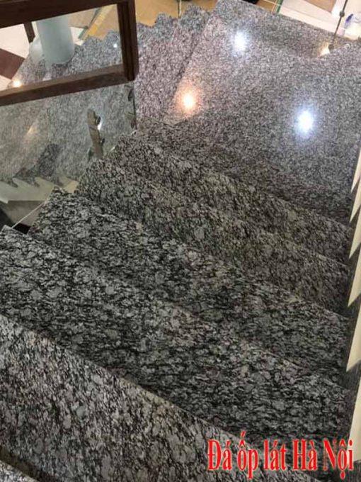 Cầu thang ốp đá hoa cương trắng mắt rồng